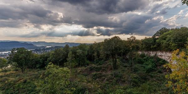 Látkép az Aranyoskút-kilátópontról, a bal oldalon a Dunakanyarral