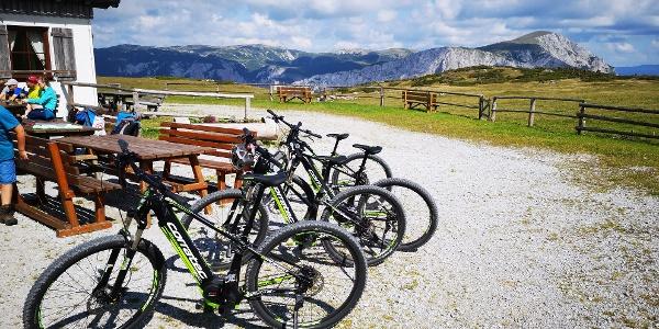 Mit dem E-Bike bei der Lurgbauerhütte angekommen