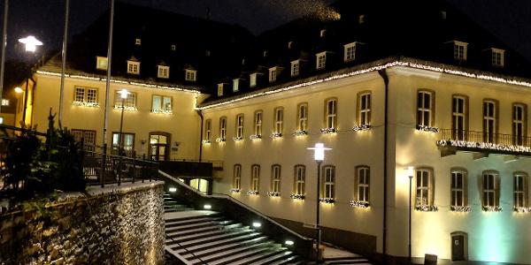 Das Siegener Rathaus in adventlichem Lichterschmuck