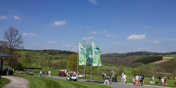 Golfplatzidylle mit Spielern und Besuchern im Berghäuser Tal