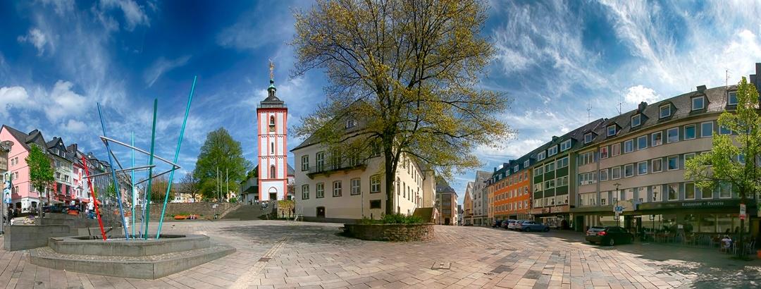 Der Siegener Markt mit Nikolaikrche (Krönchen), historischem Rathaus und KrönchenCenter