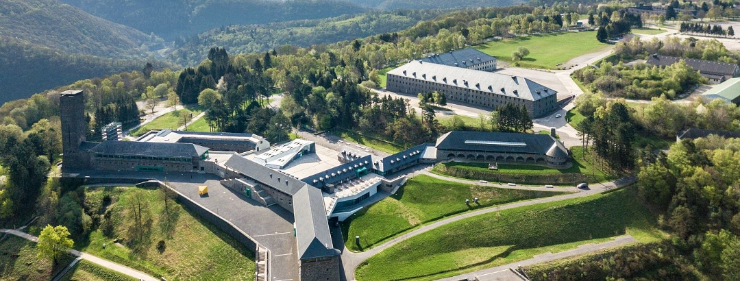 Vogelsang IP mit dem Nationalpark-Zentrum Eifel