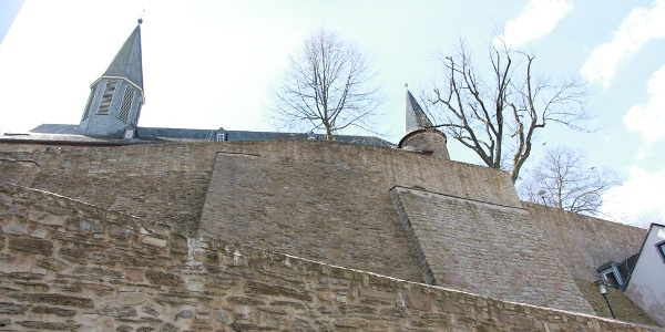 Die Siegener Stadtmauer mit den Türmen der Martinikirche