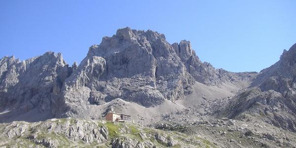 Karlsbaderhütte und Seekofel mit Anstieg. Der Abstiegsklettersteig ist meist knapp hinter dem rechten Westgrat