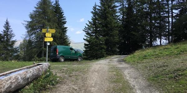 """4.40 km - Auf Höhe des gelben Wegweisers vor Almhütte rechts abbiegen und Wiese hinaufgehen (""""Präaualm"""")."""