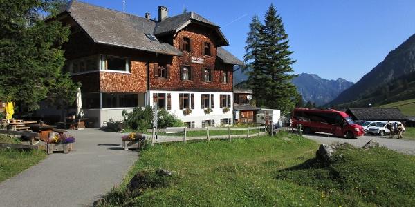 Ankunft mit dem Wanderbus beim Berghotel Gamperdona im Nenzinger Himmel