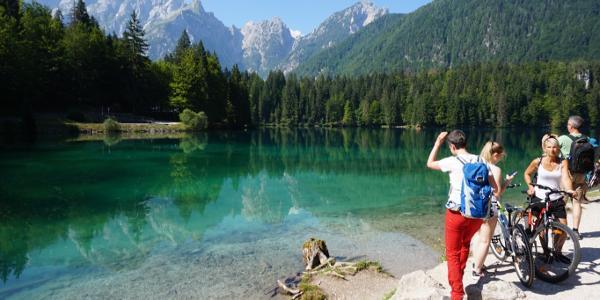 Am unteren See mit dem Mangart im Hintergrund