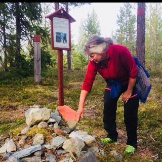 Pilgrimen lägger en sten på offerkastet