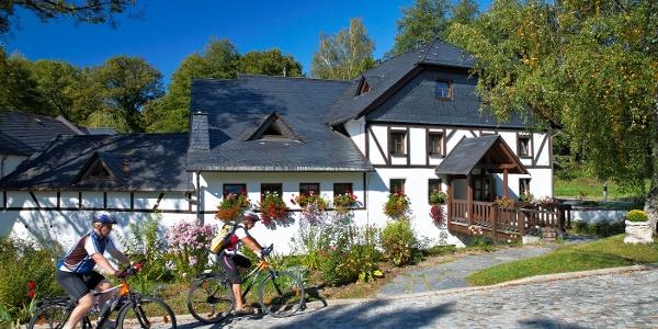 Radfahrer vor der Teichmühle