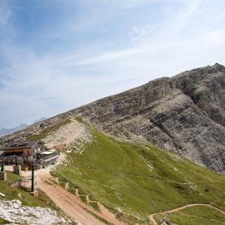 Rifugio Averau e in lontananza il Rifugio Nuvolau