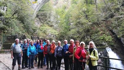 AV-Wanderer - im Hintergrund das Wocheinerbahn-Viadukt und der Wasserfall (13 Meter Fallhöhe)