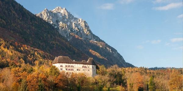 Schloss Staufeneck am Natur- und kulturhistorischer Wanderpfad Piding
