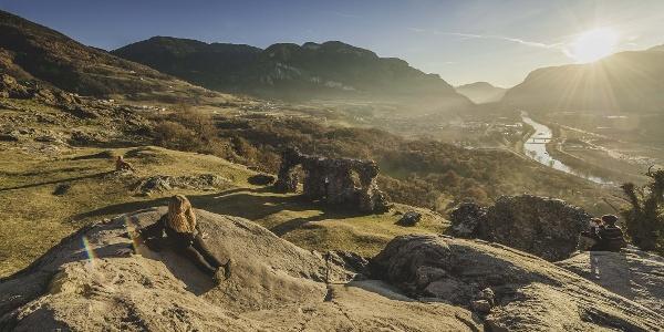 """Blick über die Steinrutsche und die """"Kuchelen"""" von Castelfeder - unter uns in der Talsohle die Etsch auf ihrem Weg Richtung Salurner Klause"""