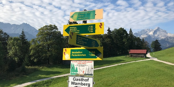 Wegweiser beim Ausstieg der Eckbauer Bahn, den Schildern zur Elmauer Alm folgen