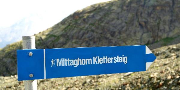 Wegweiser Mittaghorn bei der Station Morenia.
