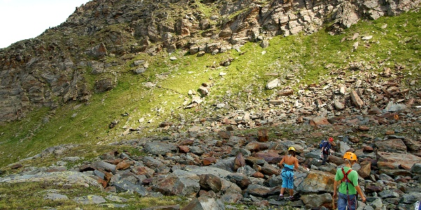 Durch Blockgelände zum Einstieg in den Klettersteig Mittaghorn.