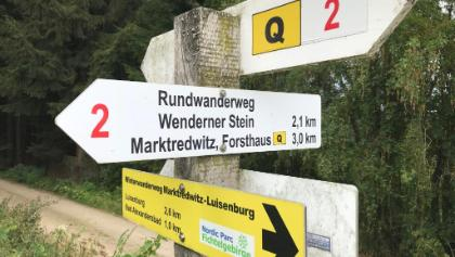 Quellenweg – Schild am Wegesrand