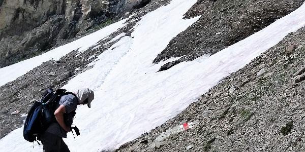 Gut zu gehende Trittspuren im ersten Schneefeld.