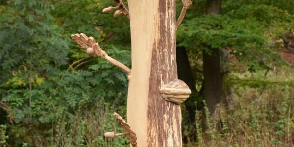 Holzfigur entlang des Weges