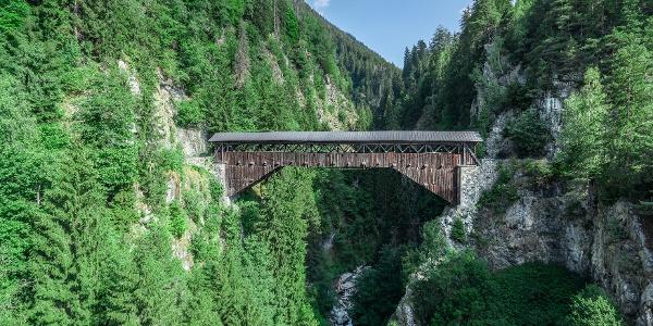 Holzbrücke in der Surselva