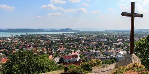 A Tamás-hegyi kereszt Balatonfüreden, kilátással a Tihanyi-félsziget felé