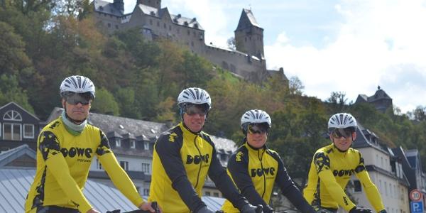 RAAM-Team vor Burg Altena