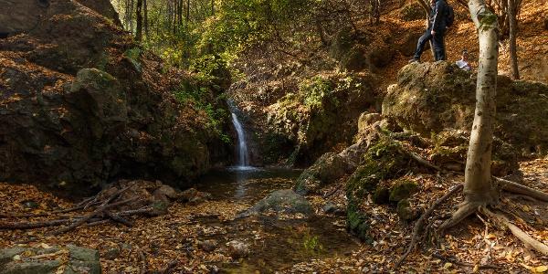 Der Wasserfall im Jegenye-Tal im Herbst