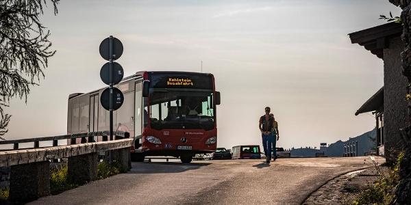 Vorbei an den Bussen
