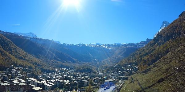 Zermatt, im Vordergrund rechts der Bahnhof.