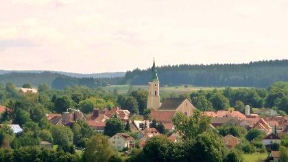 Blick auf Moosbach mit der Pfarrkirche