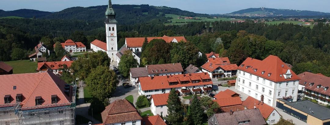 Ortskern von Rottenbuch mit dem ehemaligen Augustier Chorherrenstift im Hintergrund