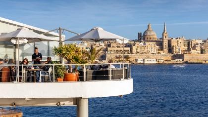 Café vor der Skyline Vallettas