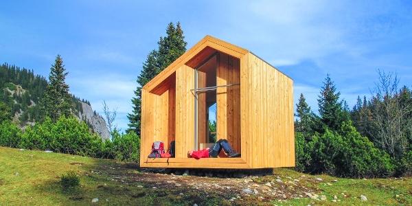 Die Dirnbacherhütte (Biwakschachtel) des ÖTK liegt in einem windgeschützten Talkessel unterhalb der Lechnermauern.
