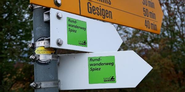 Ein grünes Piktogramm signalisiert den Spiezer Rundwanderweg.