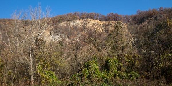 Dömörkapu felett tornyosodó falak egyike