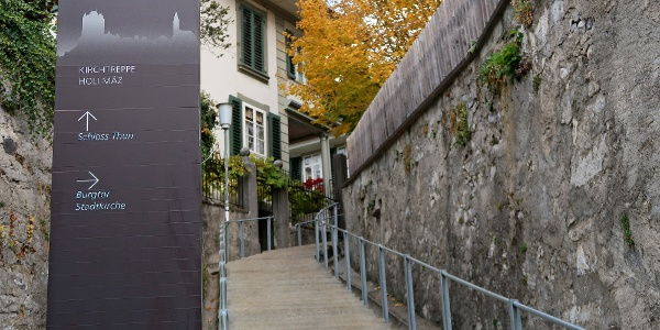 Über Treppenstufen hinauf zum Schloss Thun.