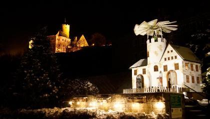 Weihnachtspyramide in Scharfenstein mit Burg Scharfenstein im Hintergrund
