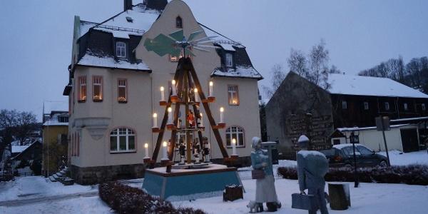Vánoční pyramida před radnicí v Auerbachu/Erzgebirge