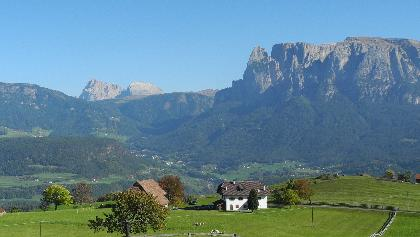Blick auf Plattkofel und Schlern von Mittelberg aus
