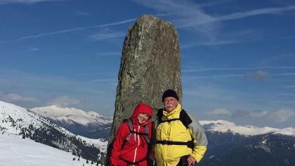 AV-Wanderer östlich des Palnockes-Gipfelkreuzes - im Hintergrund der Mirnock