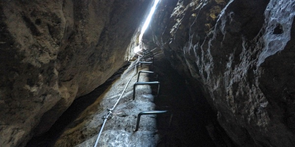 Die enge Klufthöhle im oberen Teil der Häntzschelstiege