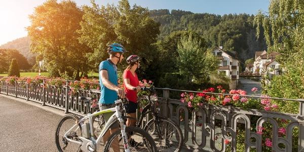 Gemütliche Radtour durch den Dorfkern von Bad Ragaz.