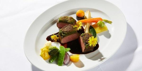 Lammrücken mit Burgunderjus und Gemüse der Saison