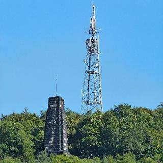König-Albert-Denkmal und Sendemast auf dem Windberg
