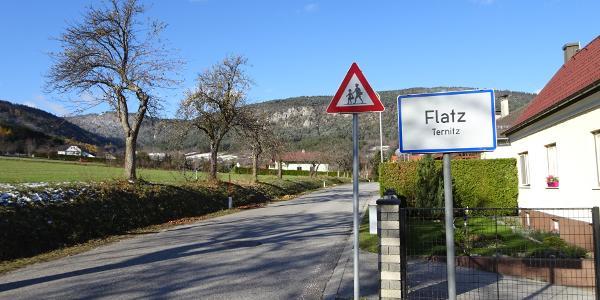 Ortseinfahrt von Flatz
