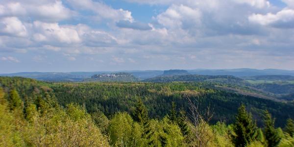 Ausblick vom Bernhardstein nach Norden zur Festung Königstein (weiter rechts der Lilienstein)