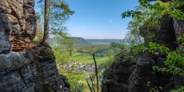 Die Aussicht nach Norden kurz vor dem Nadelöhr (Pfaffendorf und der Lilienstein im Hintergrund)
