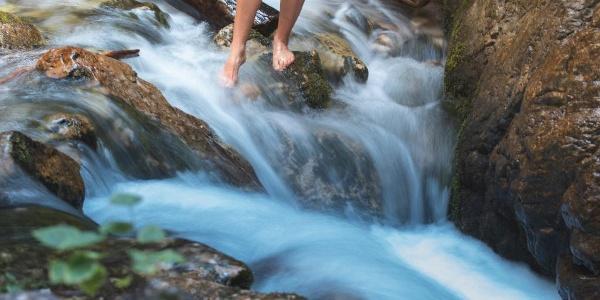 Camminata in acqua nel torrente Sarca in Val Brenta