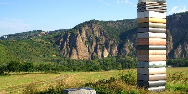Steinskulptur Bücherturm mit Rotenfelsmassiv im Hintergrund