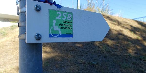 Der «Chemin des berges du Rhône» ist als hindernisfreier Weg signalsiert.